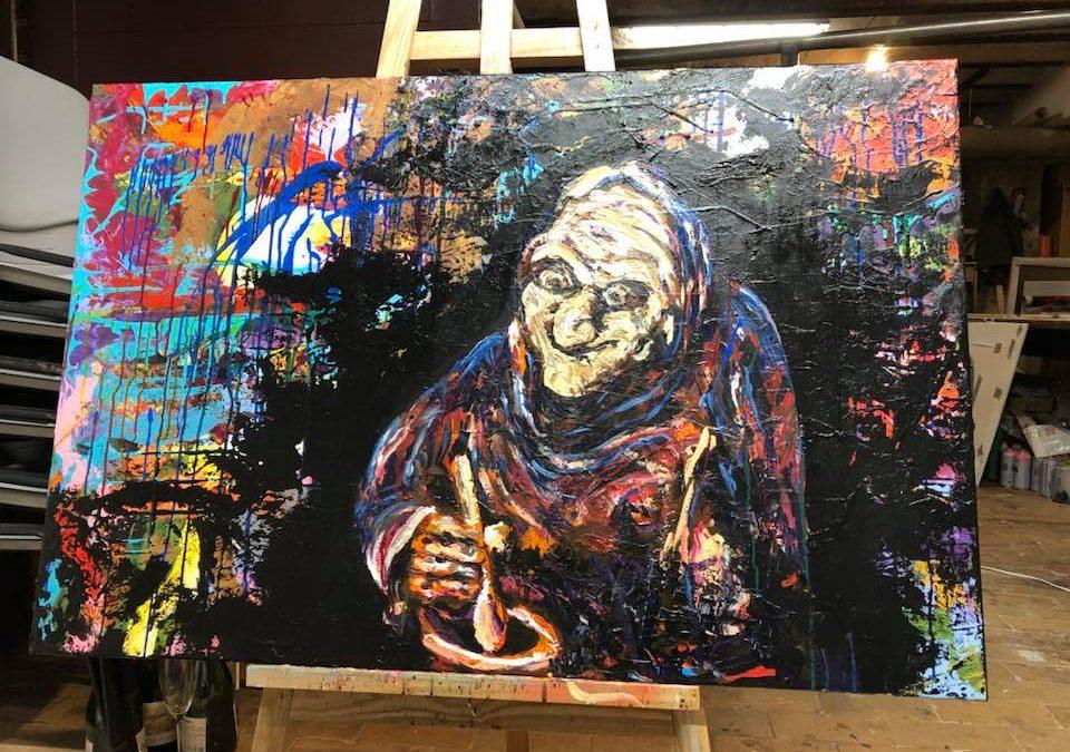 Se en skør kunstner male en gammel kælling